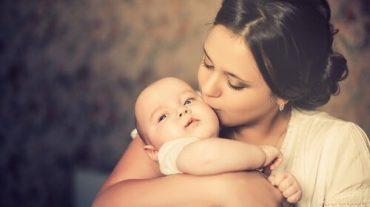mãe-beijando-bebe